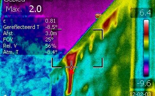 Gevolgen koude lucht in kanalen betonnen systeemvloer (zie ook vorige foto)