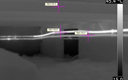 Onderzijde niet geïsoleerde vloer met vloerverwarming en niet geisoleerde leidingen
